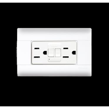 Toma de corriente duplex con interruptor de circuito por falla a tierra  BTICINO 1